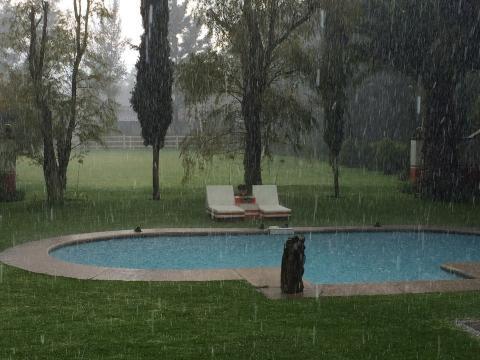 Consejos para que no afecten a tu piscina las tormentas de verano