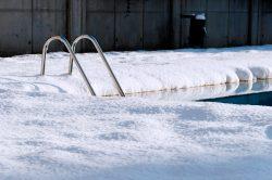 ¿Sabes por qué no necesitas vaciar la piscina en invierno?